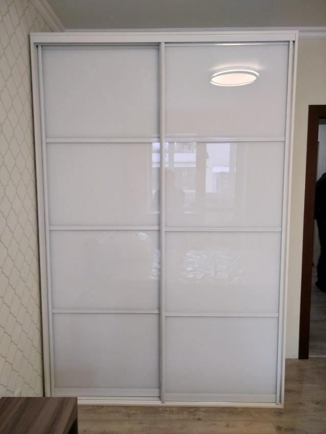 Белые шкафы-купе-Шкаф-купе из стекла Лакобель «Модель 414»-фото1